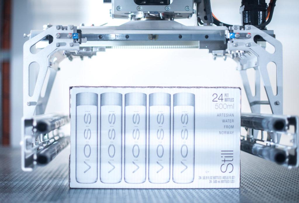 Der Palettiermaschine Modulpal Pro 1A ist ein Gebindeverteiler Robobox vorgeschaltet. (Bild: Krones AG/Theresa Stanglmair)