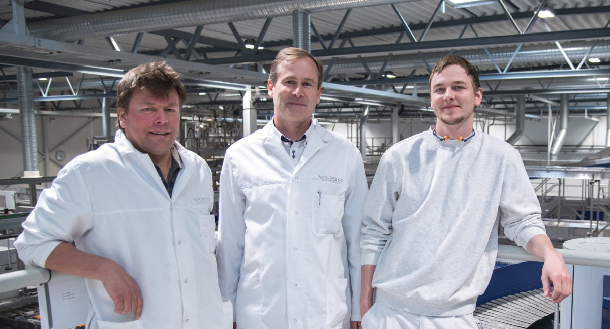 Zufriedene Gesichter bei Plant Manager Olaf Grimsmo (Mitte), Laboratory and Source Manager Roy Kristensen (links) und Torfinn Mykjaaland (Manager PET-Production). (Bild: Krones AG/Theresa Stanglmair)