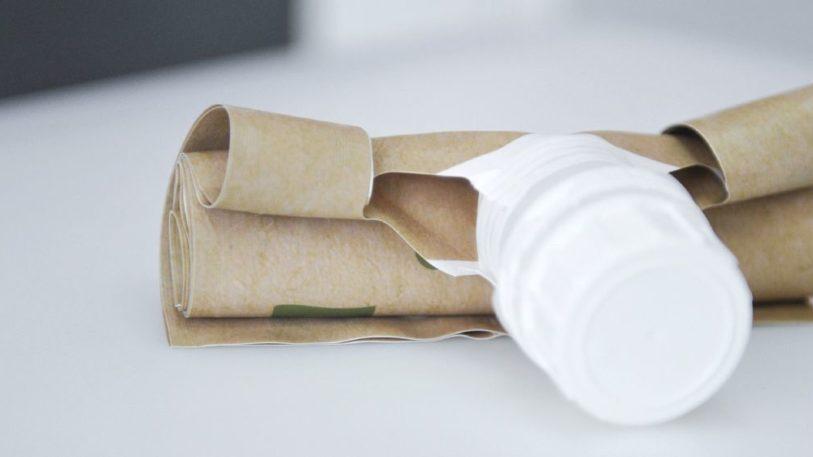 Zusammengerollt nimmt der flexible Farbbeutel wenig Platz im Hausmüll ein
