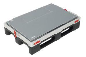 Optimierte Platzausnutzung: Die Box wird flach zusammengefaltet, der Deckel schließt die Retoure oben ab. (Bild: Smart-Flow Europe SA)