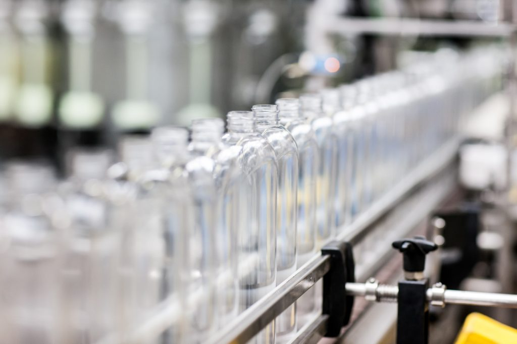Die glasklaren Frosch-Flaschen bestehen zu 100 Prozent aus PET aus Post-Consumer-Plastik. (Foto: Werner & Mertz/Heribert Piel)