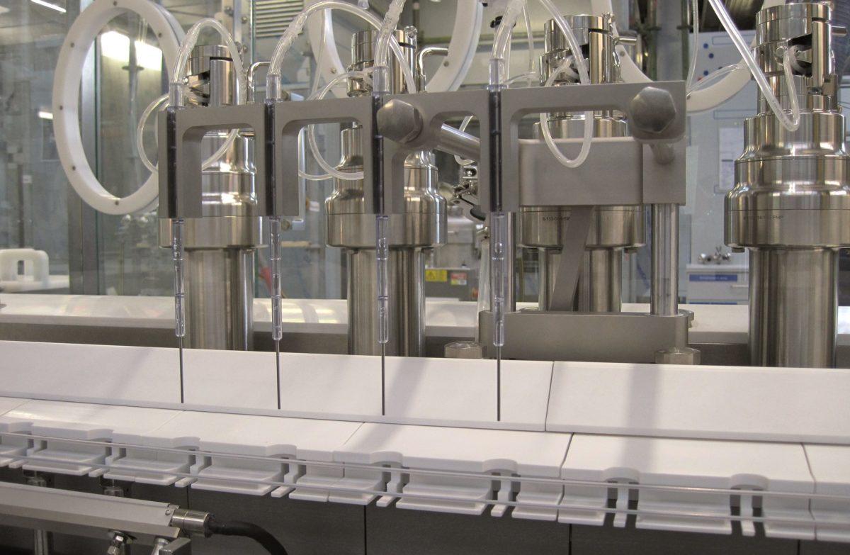 Die MLF 5044 Füll- und Verschließmaschine für Vials arbeitet mit einer Peristaltikpumpe und 100 Prozent In-Prozess-Kontrolle.