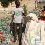 Sammeln von Plastikabfall in Afrika (Bild: Henkel)