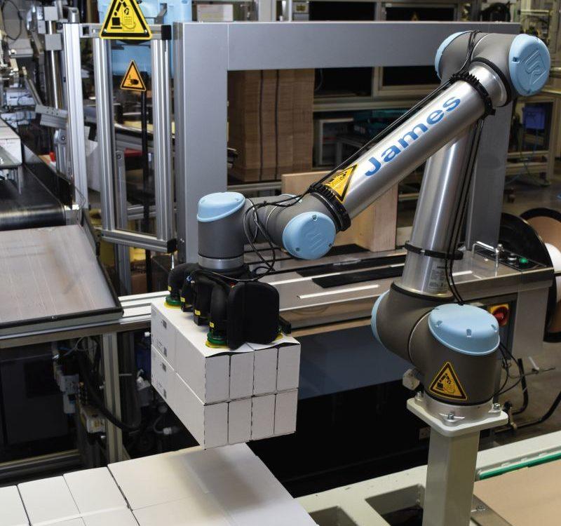 Kollaborativer Roboter UR 10 mit Sauggreifer von Dahl Automation (Bild: Universal Robots)