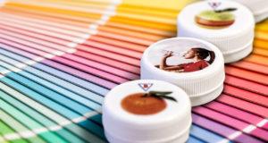 Digitaldruck ist für Verschlüsse in verschiedenen Durchmessern möglich und bietet exzellenten Bilderdruck für Marketingkampagnen und Kleinserien. Im Vergleich zu vielen bisherigen Lösungen können nun auch farbige Verschlüsse nach Kundenwunsch bedruckt werden. (Bild: Bericap)