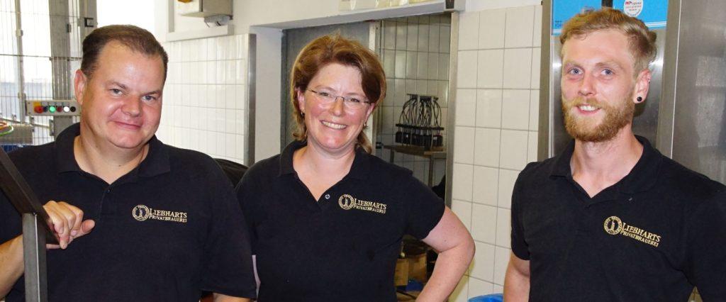 """""""Wir haben ein spezielles Sortiment, das müssen wir den Kunden perfekt präsentieren"""", so Frank und Vivien Liebhart, hier mit ihrem Braumeister Hendrik Oehlschläger (ganz rechts). (Bild: broesele)"""