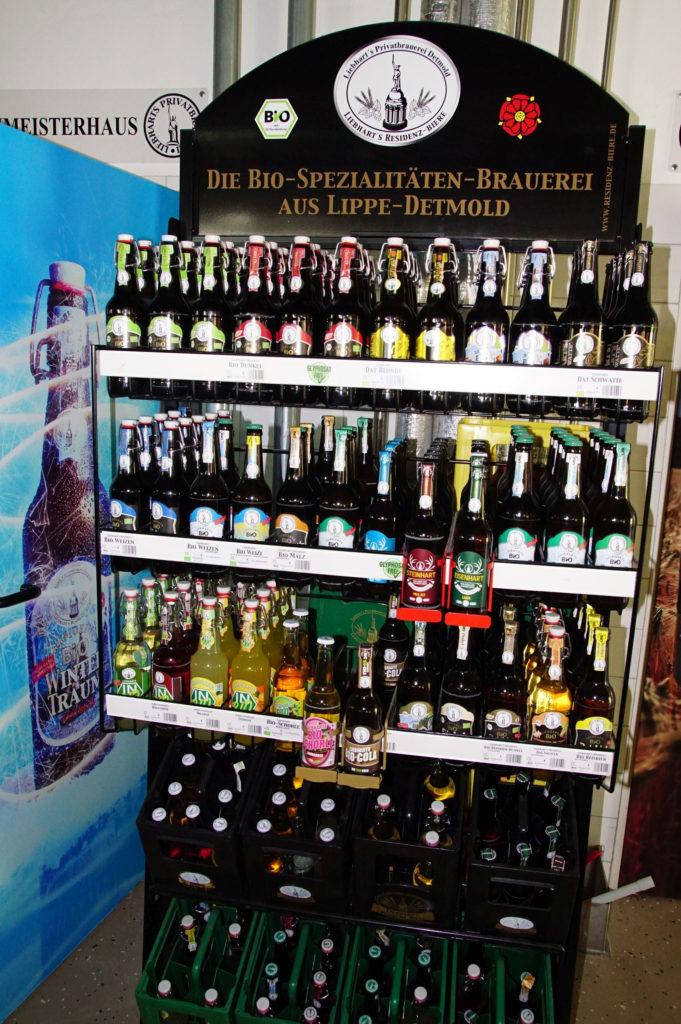 Da Bio-Biere und -Limonaden nicht immer kistenweise gekauft werden, haben die Liebharts neben kleinen 8er- und 10er-Kisten auch spezielle Displays für den Handel entwickelt. (Bild: broesele)