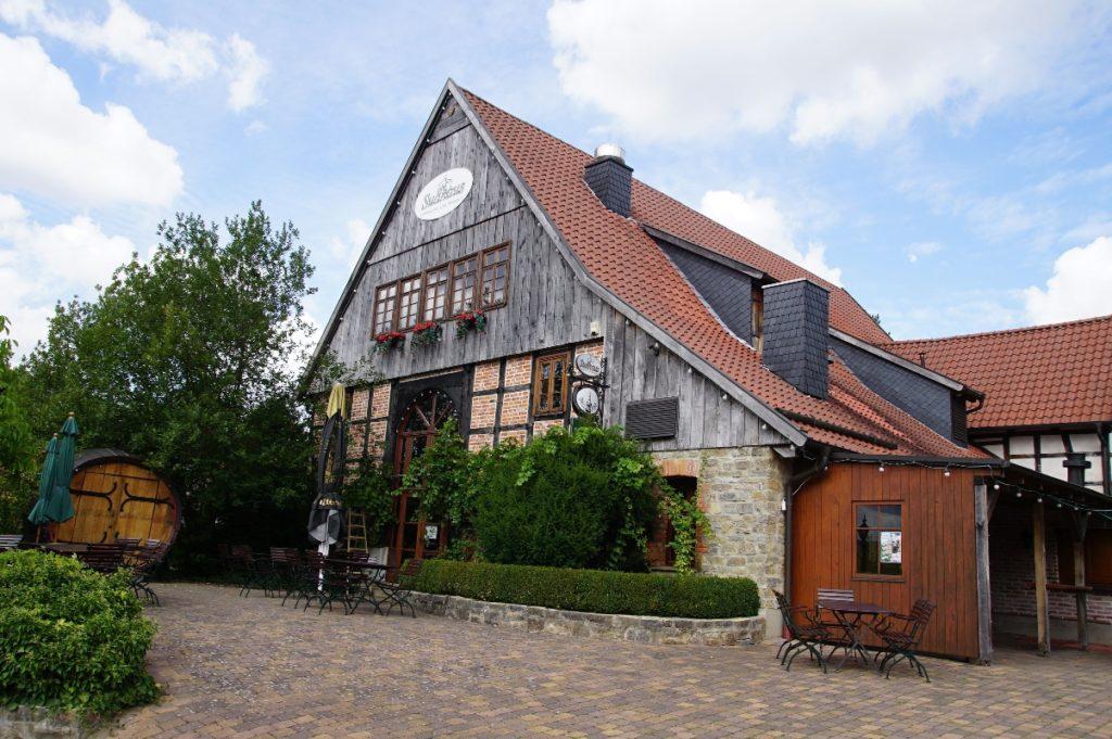 """In """"Liebharts Detmolder Fachwerkdorf"""" begann die Geschichte der Privatbrauerei 2003. Die Nachfrage wurde schnell so groß, dass eine Gasthausbrauerei nicht mehr ausreichte. (Bild: broesele)"""