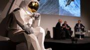 Überlebensgroßer Astronaut aus Wellpappe von Layercake
