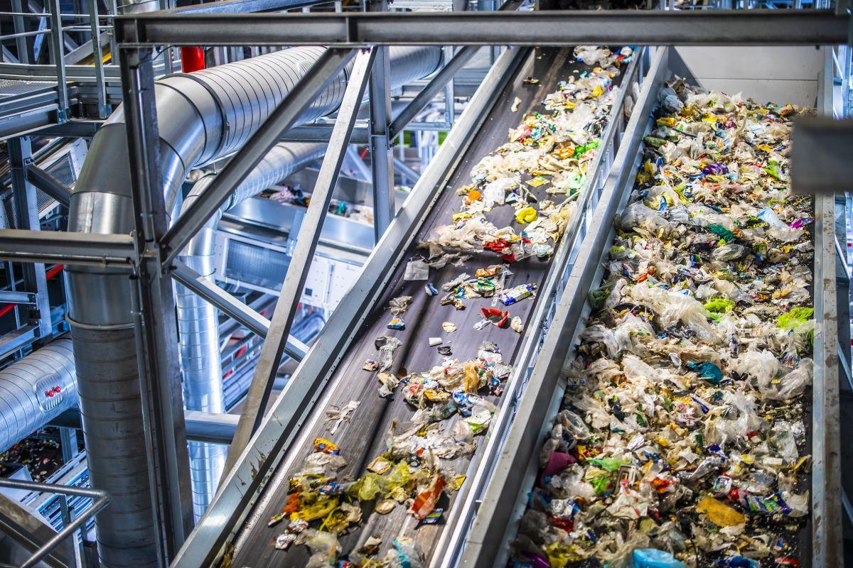 Transportbänder in Müllsortieranlage von Suez (Bild: Suez)