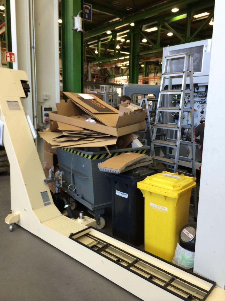 Überquellende Müllbehälter in einer Industriehalle (Bild: Strautmann Umwelttechnik)