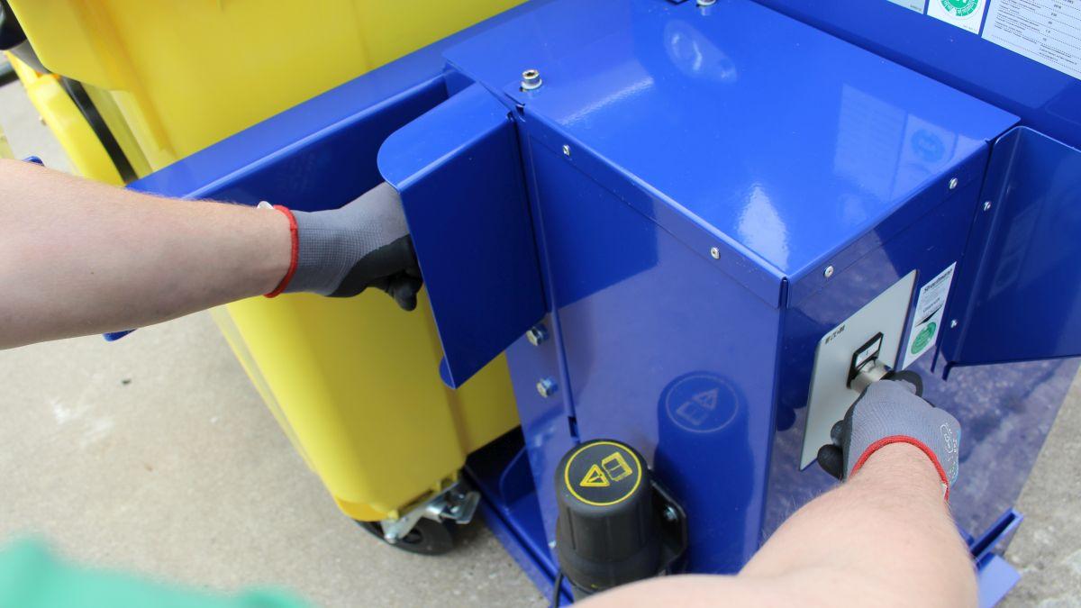 Zwei-Hand-Bedienung der Restmüllpresse (Bild: Strautman Umwelttechnik)