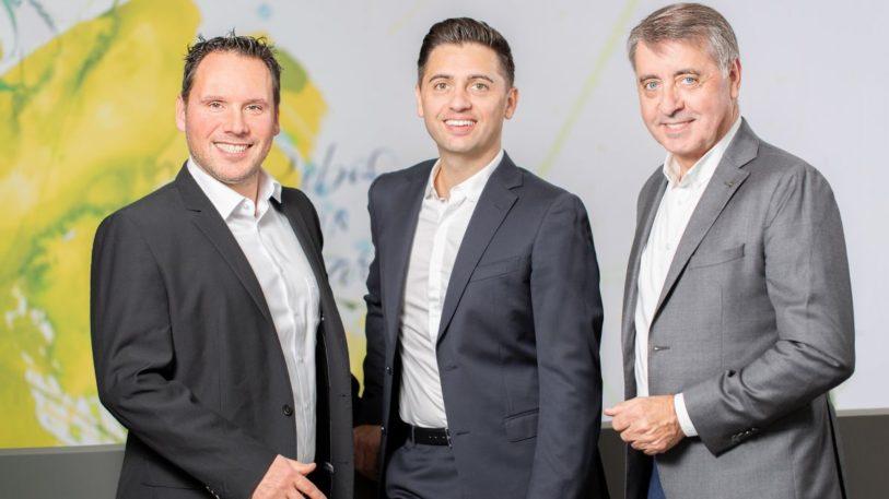 Die Robos-Geschäftsführer Daniel Sugg und Simon Reuter (v.l.) mit Harry Reuter (r.). (Bild: Robos GmbH & Co. KG)