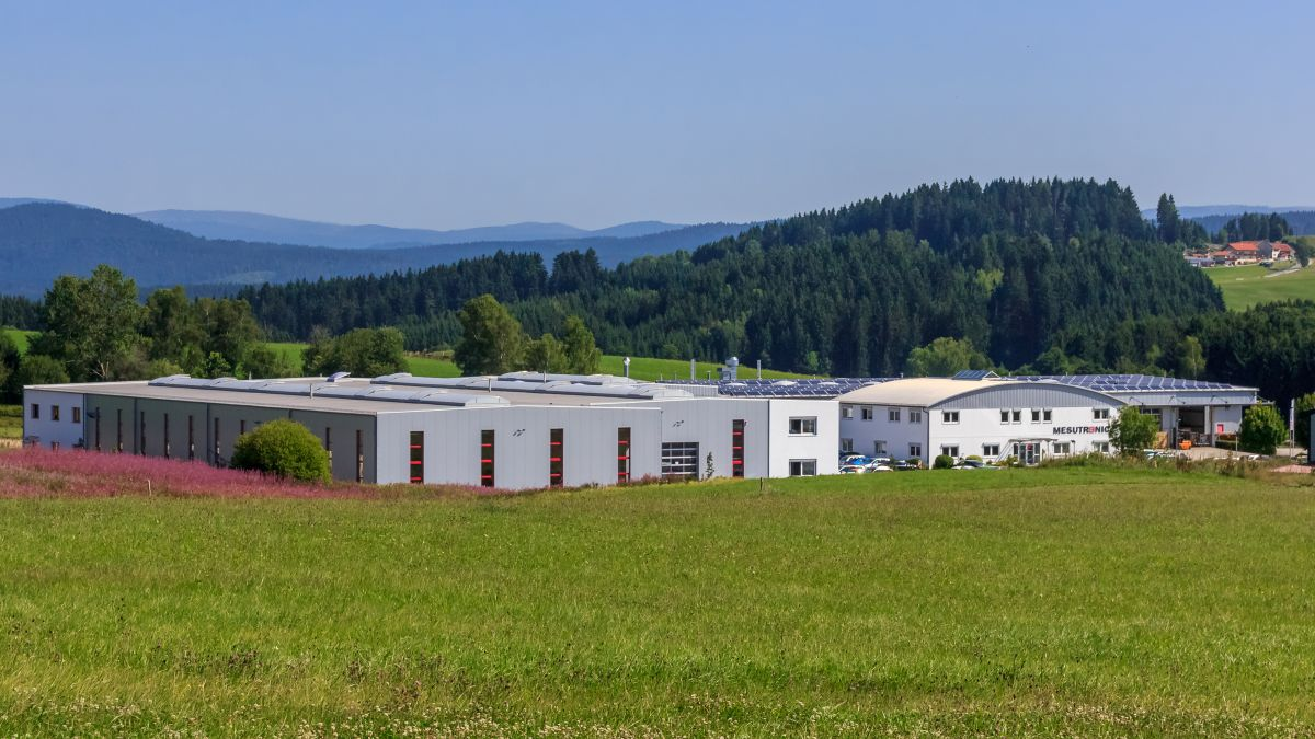 Der Unternehmenssitz von Mesutronic in Kirchberg im Wald (Bild: Mesutronic Gerätebau GmbH)