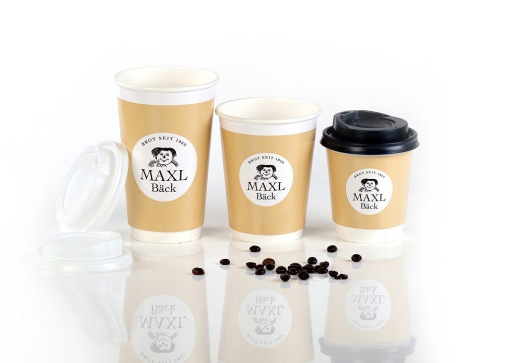 Coffee-to-go-Becher und Servietten gehören zum BAGMAN-Sortiment.