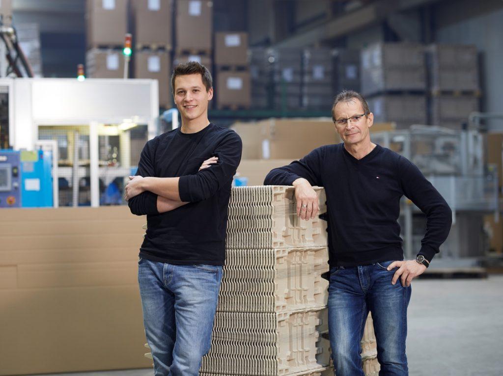 Alexander Tomas (links) und Jan Reh sind bei buhl-paperform verantwortlich für die Produktion.