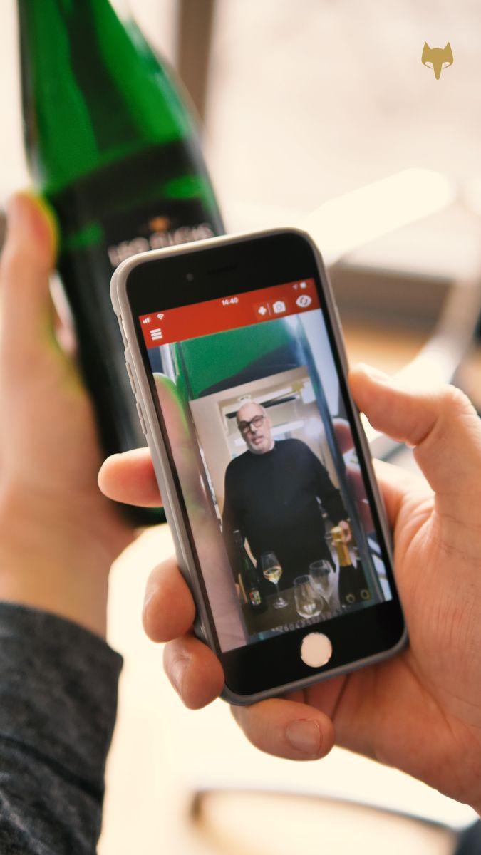 Auf dem Smartphone wird ein kurzes Video mit Erläuterungen zum gerade probierten Rebensaft abgespielt. (Bild: Weingut Leo Fuchs)