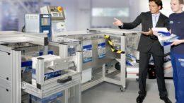 Franz Strubl (r.) vor einer seiner modularen Verpackungsmaschinen für Beutel. (Bild: Strubl GmbH & Co. KG)