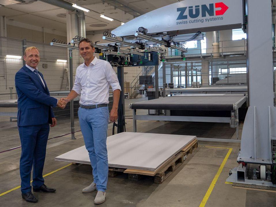 Christian Landis von Schmalz und Zünd-Geschäftsführer Oliver Zünd vor dem BHS 150. (Bild: J. Schmalz GmbH)