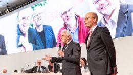 Geschäftsführer Karl-Heinz Dürrmeier (li.) und Vorstandsvorsitzender Dr.-Ing. Johannes Schmidt (re.) stellen die Mesutronic Gerätebau GmbH auf der Indus Vollversammlung vor. (Bild: MESUTRONIC Gerätebau GmbH)