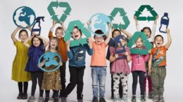 Jungen und Mädchen aus der Kinderbetreuung bei Alpla in Hard (Bild: Alpla)
