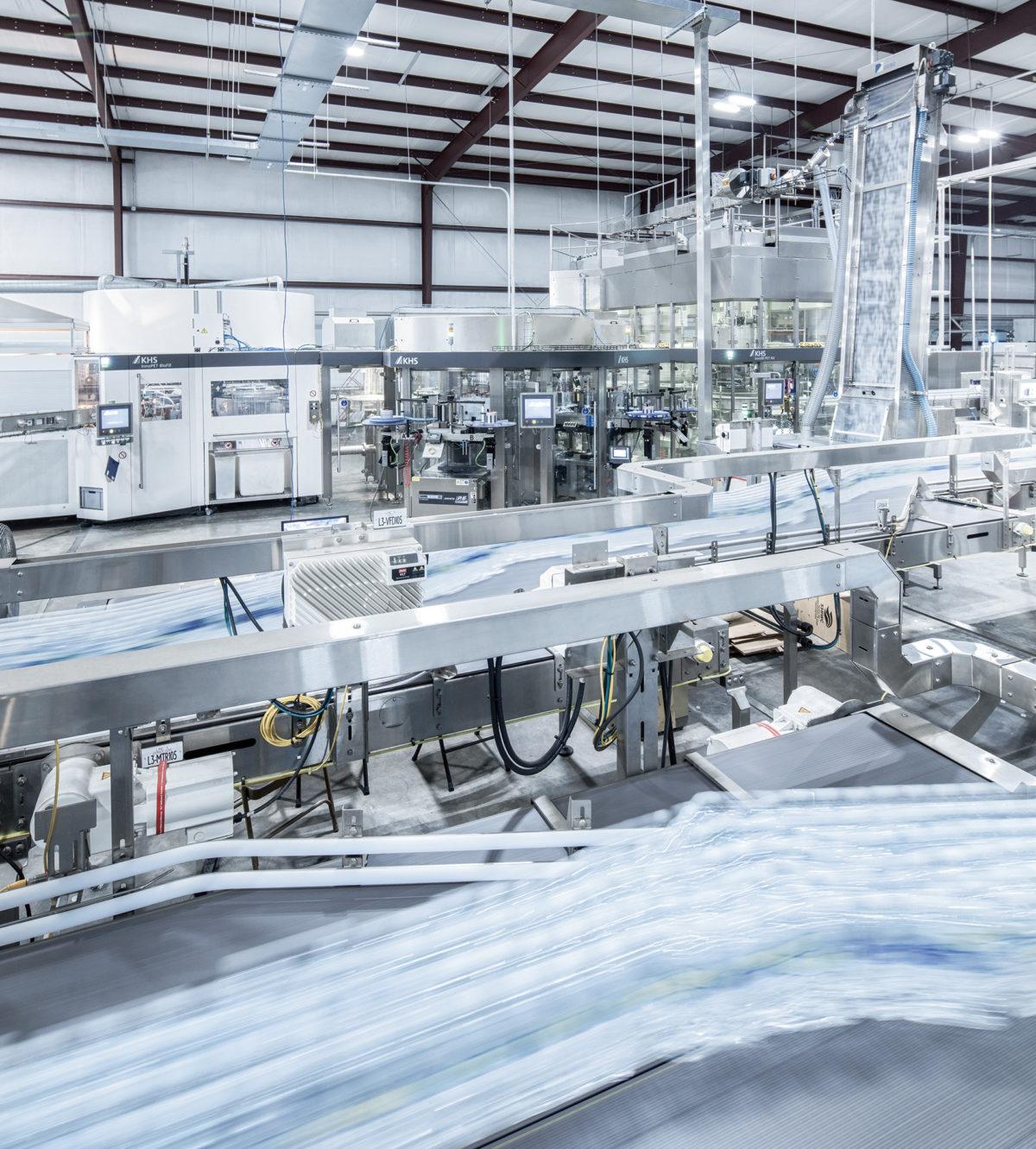 Bei RealPure Bottling in Magee, Mississippi, steht der erste der beiden TriBlöcke mit Streckblasmaschine, Etikettiermodul und Füller. (Bild: KHS Gruppe)