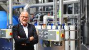 HERMA Geschäftsführer Dr. Thomas Baumgärtner vor der neuen dezentralen Dampferzeugungsanlage. (Bild: HERMA GmbH )