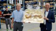 Hans Bühler übergibt den symbolischen Schlüssel an Heiko Funk (Bild: OPTIMA packaging group GmbH)