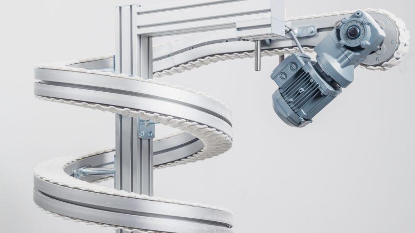 Der kompakte Spiralförderer von FlexLink benötigt nur wenig Grundfläche. (Bild: FlexLink)