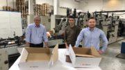 Uwe Streiber (Mitte) und Alex Astanin (rechts), beide bei Zalando SE, sind vom Re-Design der Verpackung (rechts im Bild) begeistert. Entwickelt wurde die Lösung von dem Display- und Verpackungsstrategen DS Smith (hier vertreten durch Key Account Manager Rainer Büttner, links) (Bild: DS Smith)