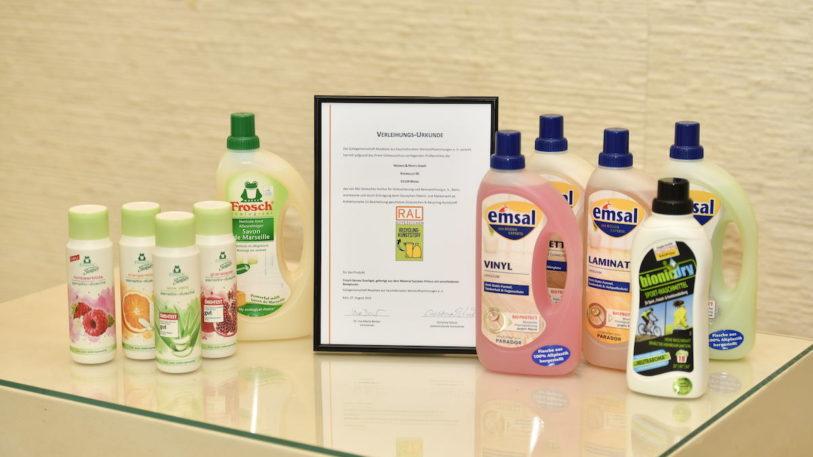 Im ersten Schritt wurden die PE-Verpackungen von Werner & Mertz auditiert, dazu zählen beispielsweise Verpackungen der Marken emsal und bionicdry sowie die neue Duschgelflasche von Frosch Senses. (Bild: Werner & Mertz)