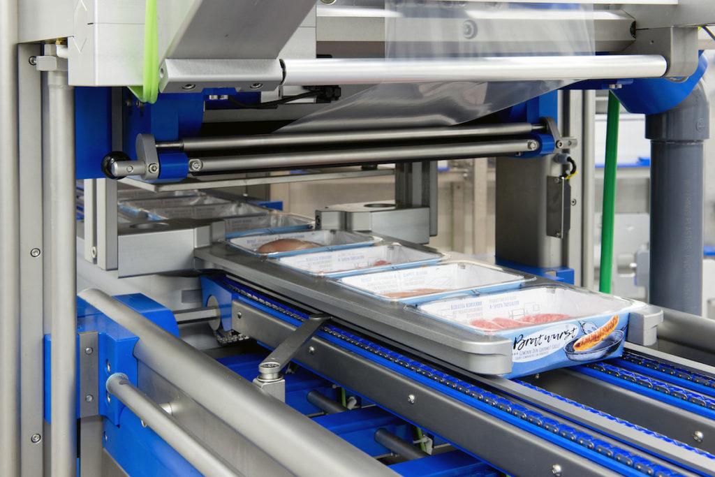 Der aus einer dünnen PP-Schicht durchgehend verlaufende Siegelrand lässt sich prozesssicher unter MAP-verschließen. (Bild: Sealpac GmbH)