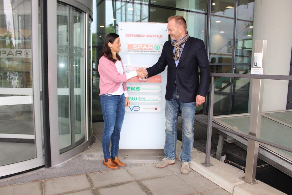 Talitha Meisl, Leiterin des zentralen Lagerwesens bei SPAR, und RS-Systems-Geschäftsführer Martin Köllner in der Salzburger SPAR-Zentrale. (Bild:Press'n'Relations und SPAR)