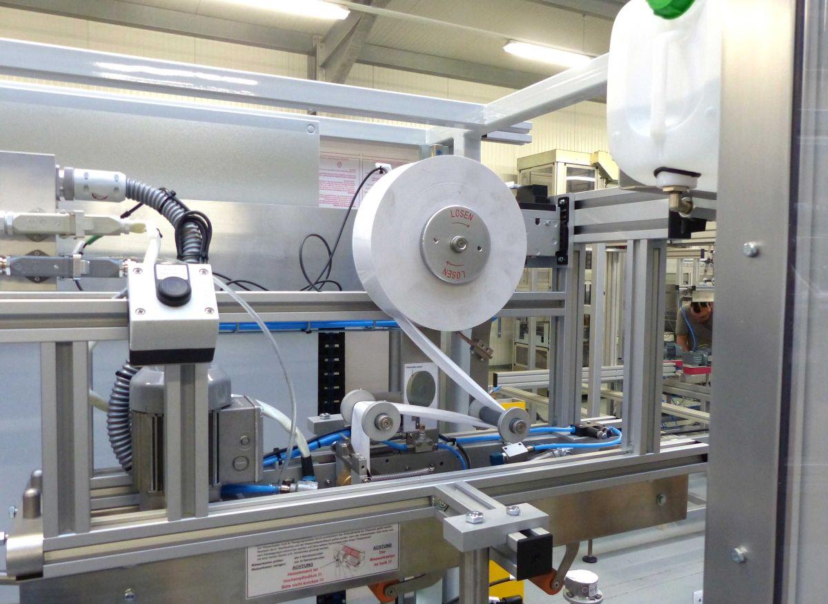 Verarbeitungsmaschine für fadenverstärkte Nassklebestreifen (Bild: Schümann)