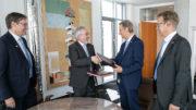 Mit der Unterzeichnung des Kaufvertrags Mitte Juni wollen die Uhlmann Group und die SensoLogic GmbH die Digitalisierung des Pharma Packaging weiter vorantreiben. (Bild: Uhlmann Pac-Systeme GmbH & Co. KG)