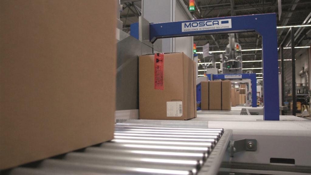 Die Umreifung von Standardpaketen erfolgt vollautomatisch: Die Maschine erkennt die Paketgröße mit einem Sensor und umreift entsprechend. (Bild: Mosca GmbH)