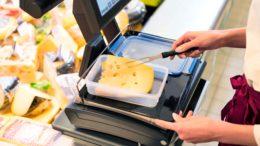 Mehrweg an den Bedientheken: Kunden können sich an allen real Standorten Wurst-, Käse- und Fleischwaren in selbst mitgebrachte Behälter verpacken lassen. (Bild: real GmbH)