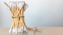 Wattestäbchen mit Papierschaft und Bio-Baumwolle (Bild: Shutterstock)