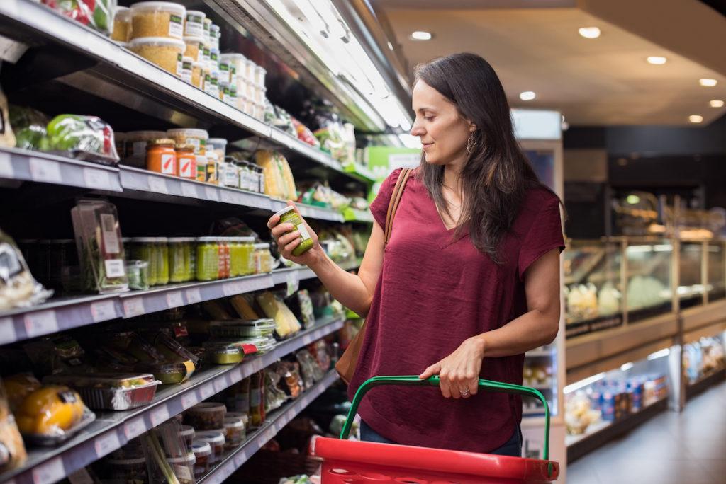 Eine Frau überprüft das Lebensmitteletikett im Supermarkt. (Bild: Rido.shutterstock.com)
