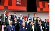 """Das Schubert-Team mit Firmengründer Gerhard Schubert (1. Reihe, 2. v. l.) nahm im Rahmen der feierlichen Gala den Preis """"Fabrik des Jahres"""" entgegen. (Bild: Süddeutscher Verlag Veranstaltungen)"""