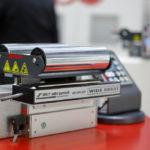 Das besonders vielseitige Bahnlaufregelungssystem CompactGuide deckt praktisch alle Anforderungen der Verpackungsherstellung an die Bahnlaufregelung ab. (Bild: BST eltromat International GmbH)