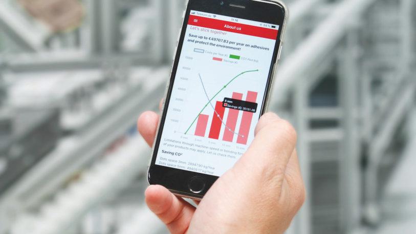 Mit der innovativen GlueCalc-App für Smartphones von Baumer hhs können Verpackungshersteller unmittelbar an ihren Produktionslinien schnell, komfortabel und wissenschaftlich fundiert ermitteln, in welchem Maß die Umstellung von Klebstoffraupen auf Klebstoffpunkte den Klebstoffverbrauch und damit einhergehend die CO2-Emissionen verringert. (Bild: Baumer hhs)