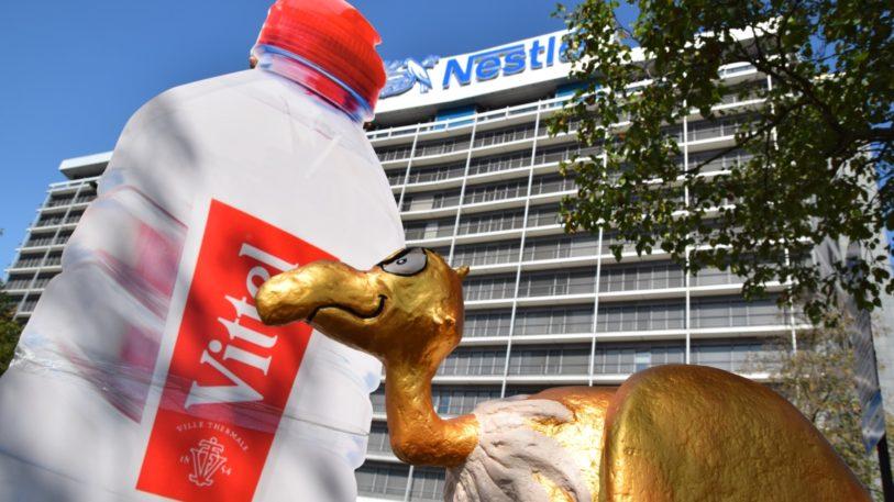 """""""Goldener Geier"""" und eine überdimensionale Vittel-Flasche vor der Nestlé-Firmenzentrale in Frankfurt (Bild: DUH )"""