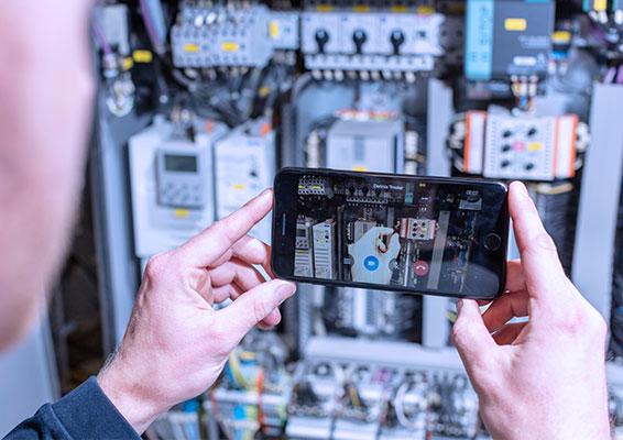 Über Finger-Pointing kann der Minebea Intec Service-Techniker direkt konkrete Hilfestellungen geben. (Bild: Minebea Intec GmbH)