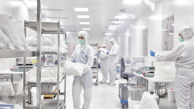 Reinraumproduktion nach ISO 7 am griechischen ALPLA Standort. (Bild: ALPLA)