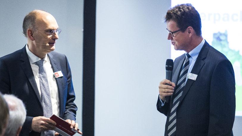 """Winfried Batzke, Geschäftsführer dvi, und Markus Müller-Drexel, Geschäftsführer INTERSEROH Dienstleistungs GmbH, auf der """"Future Resources 2018"""" (Bild: ALBA Group)"""