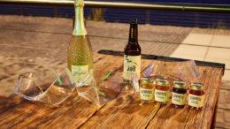 """Die Gewinner der """"Produktinnovation in Glas"""" mit dem gläsernen Möbiusband. (Bild: Aktionsforum Glasverpackung / Marc Thürbach)"""