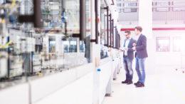 Zwei Männer in Fabrikhalle von Lenze in Niedersachsen (Bild: Lenze)