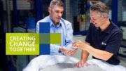 """Die Kautex Maschinenbau GmbH demonstriert unter ihrem Messemotto """"Creating Change Together"""" einen geschlossenen Kunststoffkreislauf. (Bild: Kautex Maschinenbau GmbH)"""