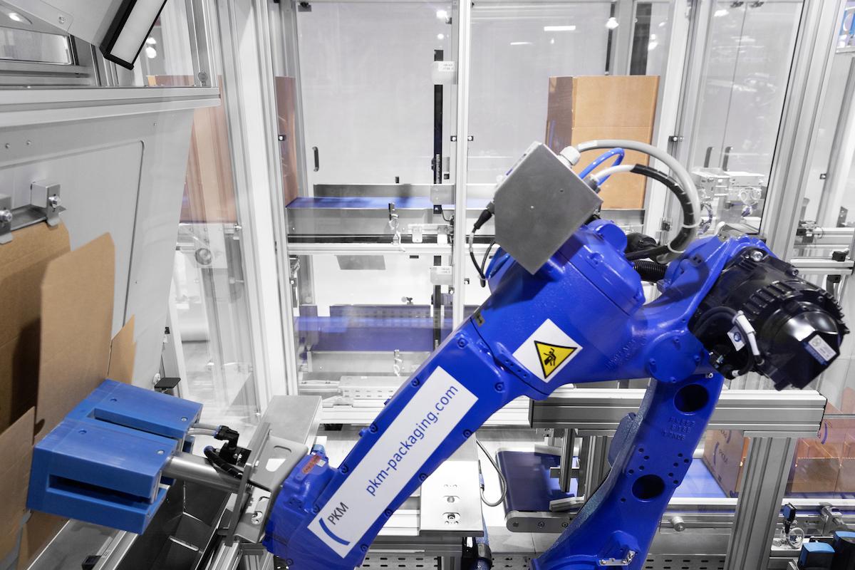Die beeindruckende Performance des deckenmontierten Deltaroboters Motoman MPP3 (links im Bild) ist entscheidend für den Output der Verpackungsanlage. (Bild: PKM Packaging GmbH)